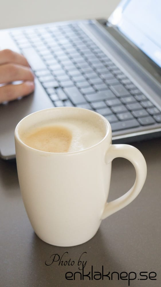 arbeta med en kopp kaffe